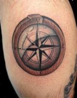 Тату компас в деревянном корпусе на ноге
