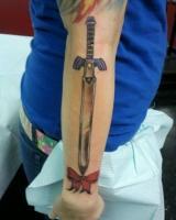 Тату меч и бантик на руке