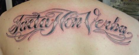Тату на спине надпись на латыни