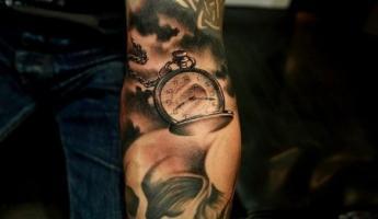 тату карманные часы на цепочке на руке