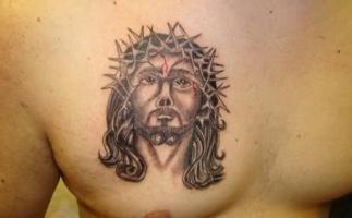 Тату голова Иисуса с терновым венцом - на груди