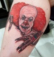 Тату красноволосый клоун на икре ноги