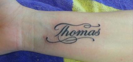 "Тату надпись имя ""Thomas"" на руке ""Томас"""
