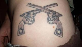 тату два пистолета со звездами на рукоятке
