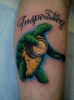 Тату черепаха и надпись на предплечье