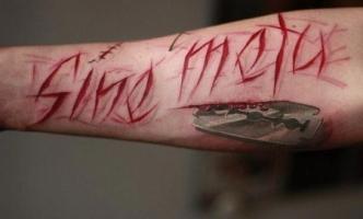 тату надпись вырезанная и лезвие на руке
