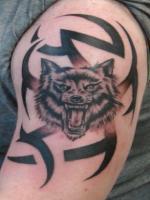 Тату волк и узор на плече