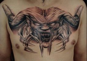 тату демон на груди