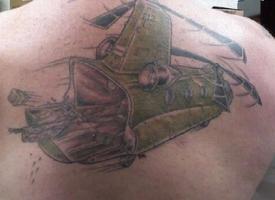 тату вертолет на спине