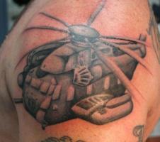 тату вертолет на плече