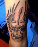 Тату гитара с крыльями