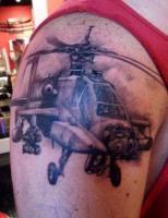 тату военный вертолет на плече