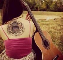 Тату гитара на спине у девушки