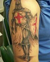 тату воин с красным крестом на груди и щите