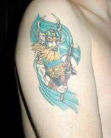 тату воин с боевым топором и с крыльями на шлеме