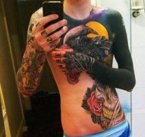 Тату ворон на фоне луны на груди и череп с розами на животе