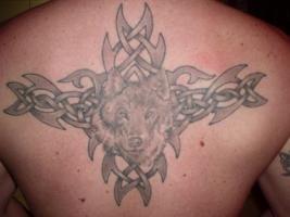 Тату волк на узоре на спине