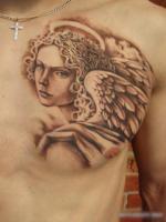 Тату ангел на левой груди