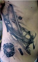 Татуировка самолет на ребрах