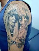 Тату индеец и воющий на луну волк на плече