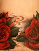 Тату две красивые розы на животе