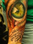 Тату глаз и надписи на руке